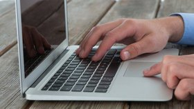 Budoucí poslanci dostanou 430 nových notebooků. Stát za ně dá 12 milionů