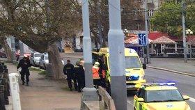 Muž na útěku před policií skočil v centru Plzně z nábřeží: Spadl na náplavku, těžce se zranil