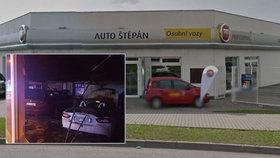 V autosalonu v Mladé Boleslavi vypukl požár: Škoda je 10 milionů!