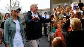 Trump po hurikánu házel mezi lidi utěrky: Buďte hrdí, že vás zemřelo málo