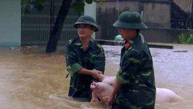 Po záplavách 37 mrtvých a 40 pohřešovaných. Vietnam bojuje s následky bouří