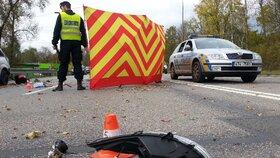 Fatální nepozornost: Motorkář v Orlové přehlédl stojící fordku, přelétl přes ni a zemřel