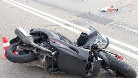Motorkáře srazil na magistrále vůz, skončil v péči lékařů. Nebyli jste svědky?