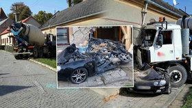 Děsivá nehoda na Vyškovsku: Míchačka rozmačkala osobák a probourala se do domu