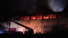 Požár třídírny odpadu na Kladensku: Hasiči s ohněm bojují od večera, dva zranění