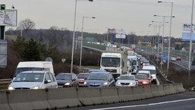 Dlouhé kolony směrem na letiště: Pražský okruh u Jinočan zablokovala nehoda tří kamionů