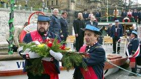 Na Vltavu v Praze vyplul smuteční parník. Uctil památku všech utonulých