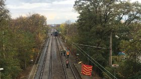Tragédie na železnici: Žena si za Prahou lehla na koleje, vlak neměl šanci dobrzdit