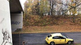 Řidička na dálnici u Kladna dostala smyk: Zřítila se z dálničního nadjezdu