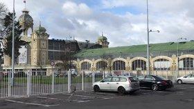 Zákaz vstupu na výstaviště v Holešovicích potrvá i v pondělí: Z Průmyslového paláce odlétl kus střechy