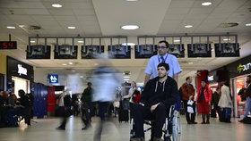 Redaktor Blesku na invalidním vozíku: Na letišti vyzkoušel, jak se dostat do letadla. Využil asistenci zdarma