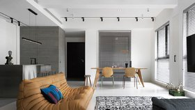 Zemitý interiér v šedé barvě nenudí, apartmán lze rozšířit o skleník