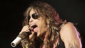 Steven Tyler z Aerosmith se při tanci zřítil z pódia