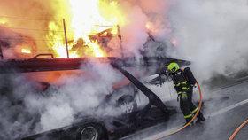 Noční požár na dálnici zkomplikoval dopravu. Autobusy nabraly u Brandýsa více než hodinová zpoždění