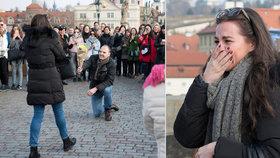 Romantika na Karlově mostě: Muž před davem lidí poklekl a požádal přítelkyni o ruku