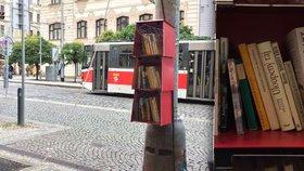 """Na """"Strossu"""" visí »Červený parazit«: Knihobudku navrhli studenti"""