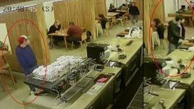 Zloděj v dejvické kavárně ukradl hned dvě kasírky. Nejspíš měl k tomu komplice