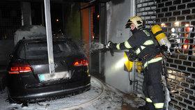 Auto na odpis: Hasiči požár v garáži za 3 minuty uhasili, z passatu nic nezbylo