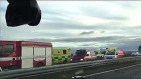 Na dálnici mezi Prahou a Kladnem havaroval mikrobus: Sedm lidí se zranilo