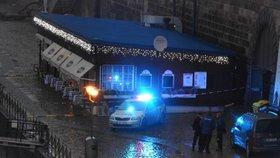 Dělostřelecký granát ve Vltavě: Policie uzavřela Jiráskův most a Rašínovo nábřeží