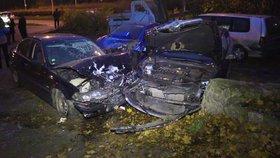 Hrozivě vypadající nehoda: Muž v Libni nezvládl řízení, v autoservisu naboural několik aut