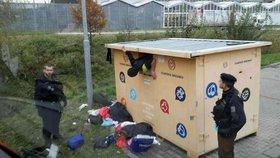 Muž uvízl v kontejneru na oblečení: Vyprošťovali ho hasiči!