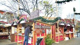 Vánoční trhy na náměstí Míru odstartovaly: Za kolik si letos pochutnáte na trdelníku a svařáku?