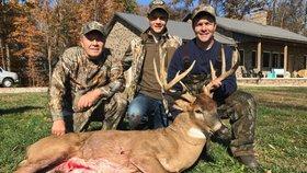 Tři myslivci při lovu omylem zastřelili sami sebe. Všichni se střelili do nohou
