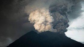 Běsnící sopka na Bali zastavila letadla. Na ostrově jsou i Češi