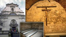 Zazdění mniši a čtyři století staré mumie: Pod Pražským Jezulátkem leží 350 lidských těl