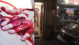 Byt celý od krve! Ženu (26) v Holešovicích pobodal soused, zraněná a téměř nahá vběhla do náruče policistům