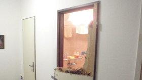 Zoufalá matka zalarmovala souseda a strážníky: Dítě se jí zamklo v koupelně a začalo zvracet