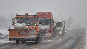 Dopravu opět komplikuje sníh a námraza: Silničáři varují řidiče před náledím