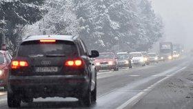 Řidiči, pozor. Do Česka nakoukla zima, silnice namrzají, místy sněží