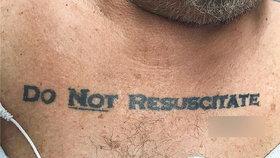 """Muž s tetováním """"neoživovat"""" zmátl doktory. Nevěděli, zda ho zachránit"""