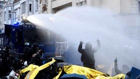 Protiuprchličtí politici nemohli přes demonstranty na sjezd. Zkropila je vodní děla