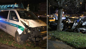 Nehoda policejního auta: V Podolí se srazilo s osobním vozem, muž (51) zůstal zaklíněný