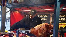 Na náměstí Republiky si můžete nacpat břicha: Vánoční trhy lákají na vepřové na rožni i makronky