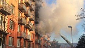 Hustý dým se valil z bytu paneláku v Břeclavi: Hasiči vyvedli 12 lidí