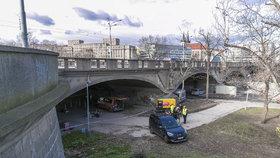 Měření ukázalo: Tramvaje mohou přes Hlávkův most jezdit dál. Zatím.