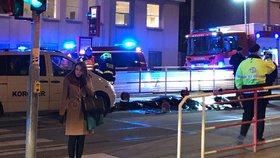 Smrtelná nehoda na zastávce v Podbabě: Tramvaj srazila muže, byl na místě mrtvý
