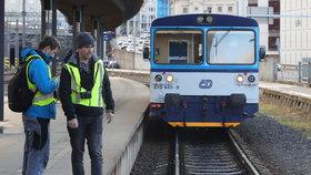 Na hlavním nádraží zemřel muž. Spadl hlavou na koleje, zdravotníci ho nestihli zachránit