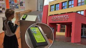 Žáci Prahy 13 testují nové funkce Lítačky: Slouží jim jako vstupní karta, platí s ní obědy a v bufetu