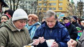 Polévka zdarma přilákala davy lidí do Prahy 3: Zájemci si nechali nalít i na doma
