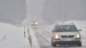 Na silnicích dávejte velký pozor. Dopravu dnes ztěžuje náledí, ale i mlha