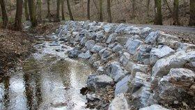 Část Kunratického potoka je jako ze škatulky. Práce komplikovali návštěvníci lesa