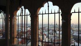 Staroměstská radnice otevřela zrekonstruovaný ochoz: Přibyly k němu mříže