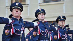 Hradní stráž dostane nové uniformy a samopaly. Park v Lánech ohlídají drony