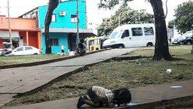 Svět šokovala fotka holčičky, která musí pít ze špinavé louže. Rodina nemá na vodu