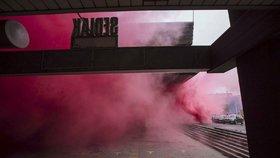 Růžový protest aktivistů u Transgasu: Snažíte se zbourat budovu, která má obrovskou hodnotu